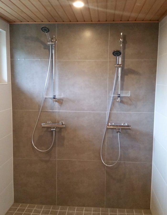 Kaksi vierekkäistä suihkua remontoidussa pesuhuoneessa